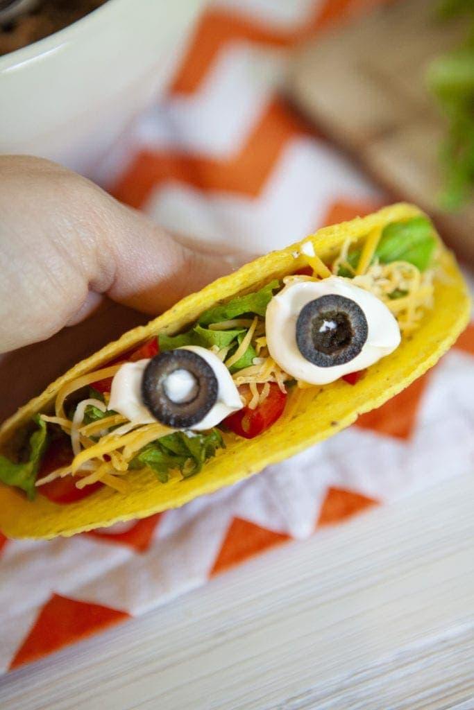 eyeball tacos, tacos for halloween, how to make halloween eyeball tacos, spooky halloween tacos